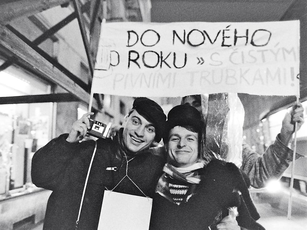 Praga, 1989 (nel cartello: Nel nuovo anno con barattoli di birra!)